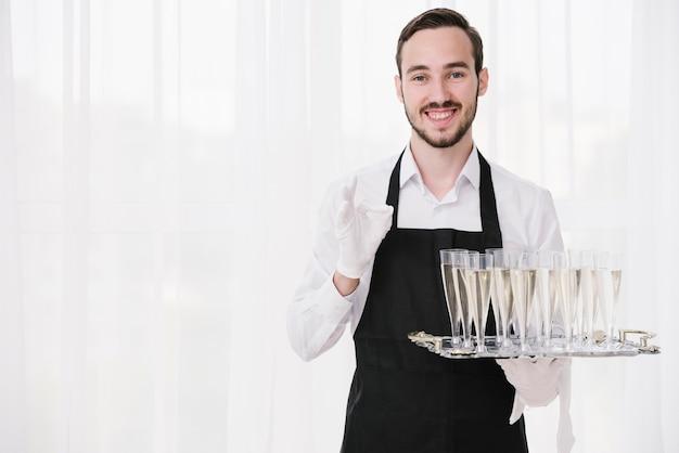 Бородатый официант держит металлический поднос Бесплатные Фотографии