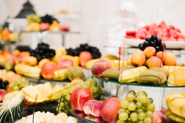 Ассортимент фруктов представлен на столе Бесплатные Фотографии