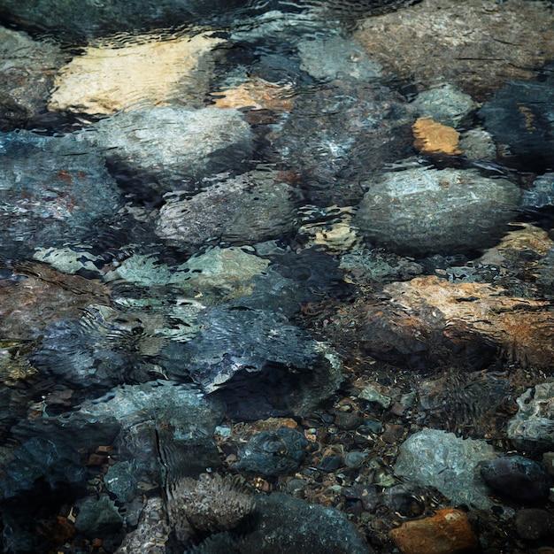 水の中のトップビューの岩 無料写真