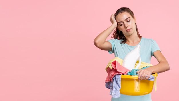 ミディアムショット働く女性の頭痛を経験 無料写真