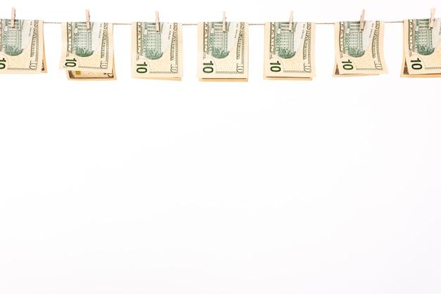 物干し用ロープにぶら下がっているドル紙幣 無料写真