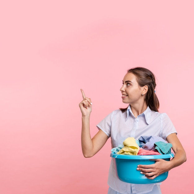 上向きランドリー洗面器を持つ女性 無料写真