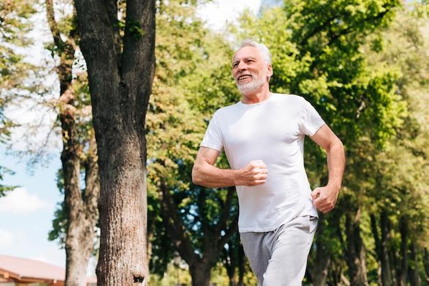 屋外を実行しているローアングル老人 無料写真