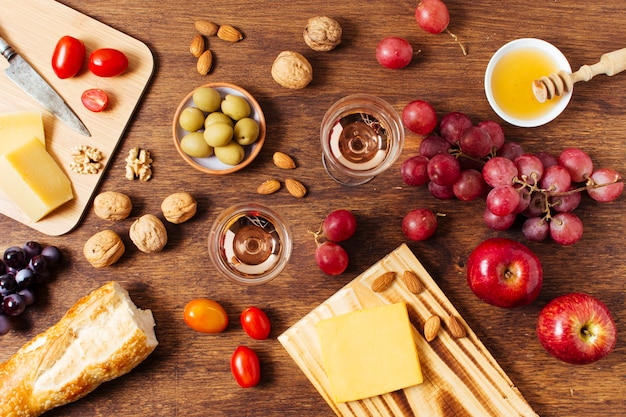 ピクニックのためのさまざまな食品の平干し品揃え 無料写真