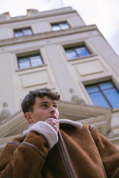 ジャケットをファスナーを絞める低角度ビュー男 無料写真