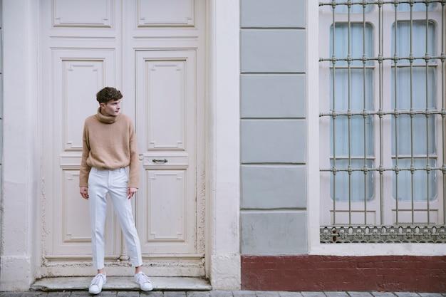 カジュアルな服立っている若い男 無料写真