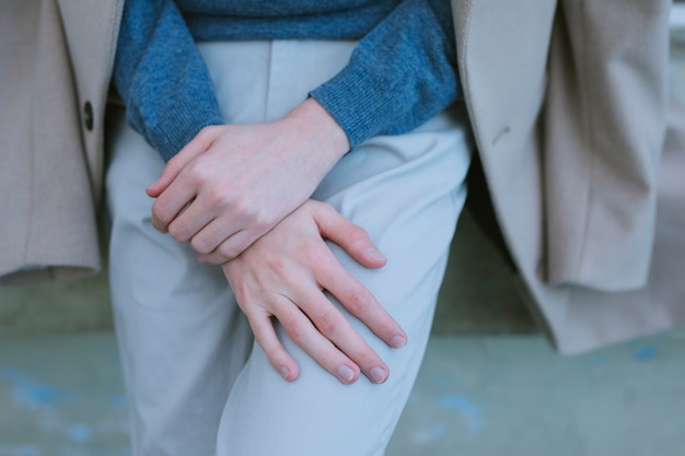 Человек со случайным нарядом ставит руки Бесплатные Фотографии