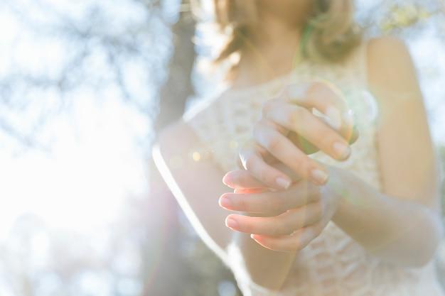 日光でポーズをとる女性の手 無料写真