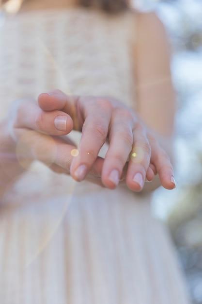 日光と彼女の手を保持している女性 無料写真