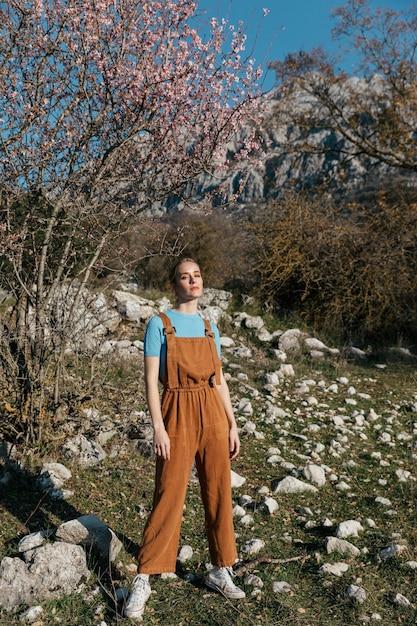 木で全体的に若い女性のフルショット 無料写真
