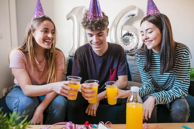 Друзья празднуют шестнадцатый день рождения Бесплатные Фотографии
