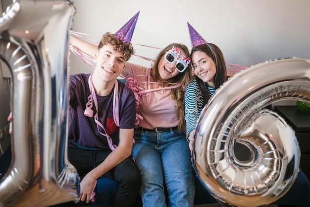 誕生日パーティーを祝うティーンエイジャー 無料写真