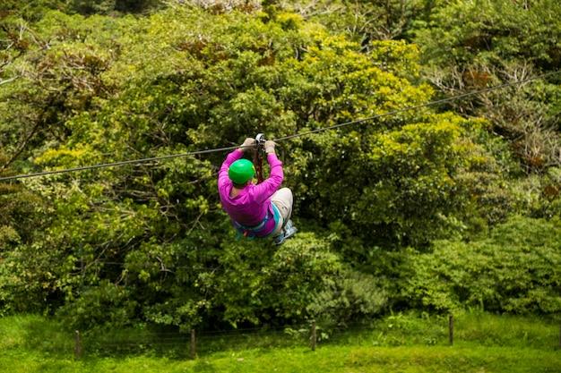 コスタリカの熱帯雨林でジップラインに乗る人 無料写真