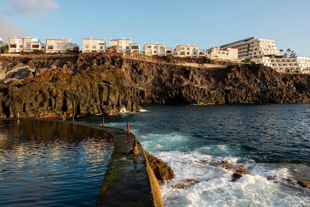高い崖のある沿岸都市 無料写真