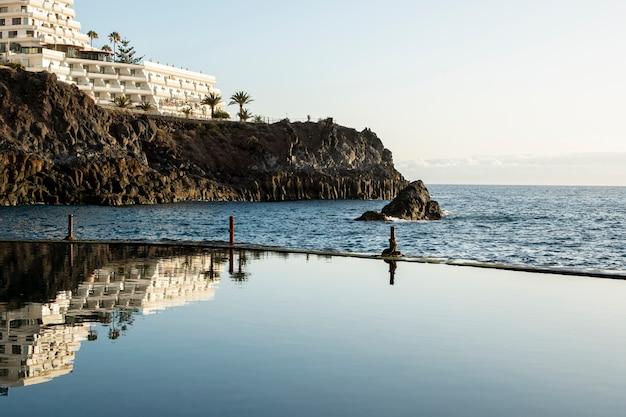 リゾートプールから海を見る 無料写真