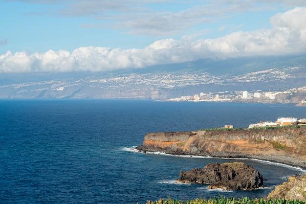 高角度のビュー岩が多い海岸 無料写真