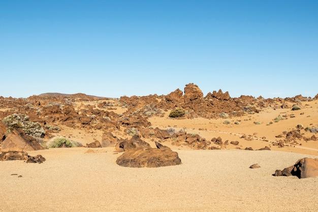 澄んだ空と石の砂漠 無料写真