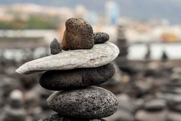 Каменная куча с размытым фоном Бесплатные Фотографии