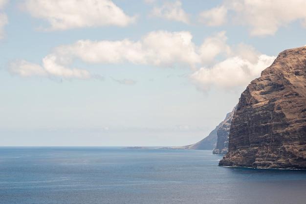 曇り空と石の沿岸 無料写真