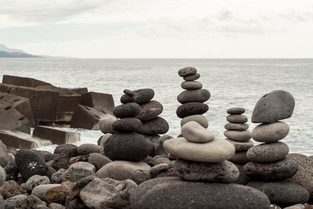 平衡状態のロックピラミッド 無料写真