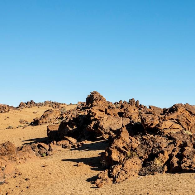澄んだ青い空と岩が多い砂漠 無料写真