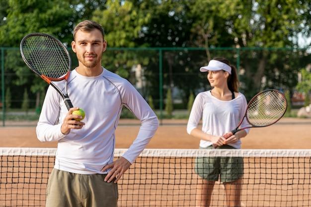 テニスコートの正面カップル 無料写真