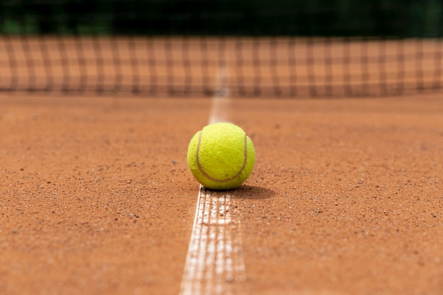 裁判所の地面に正面のテニスボール 無料写真