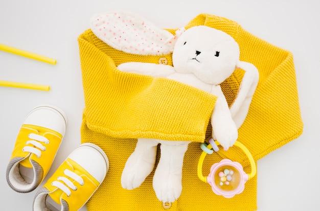 黄色のセーターとトップビューバニートーイ 無料写真