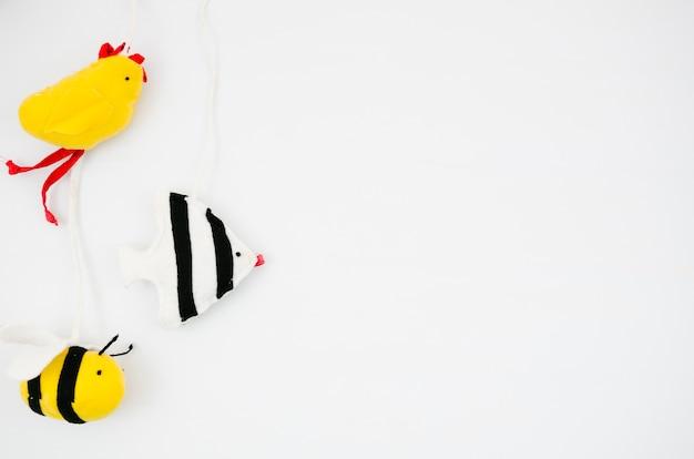 Плоские лежалые детские игрушки с копией пространства Бесплатные Фотографии