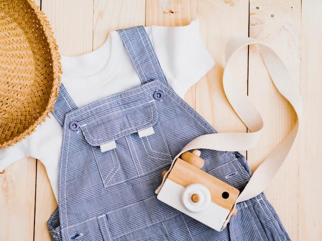Плоская детская одежда с фотоаппаратом Бесплатные Фотографии