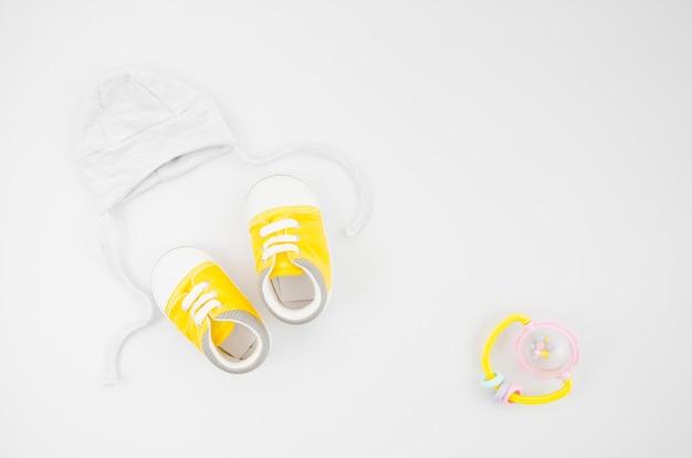 Плоская лежала детская одежда с белым фоном Бесплатные Фотографии