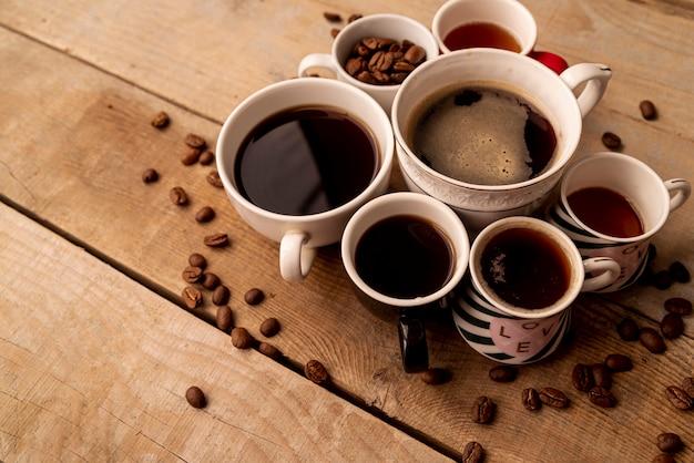 Высокий вид чашки кофе с деревянным фоном Бесплатные Фотографии