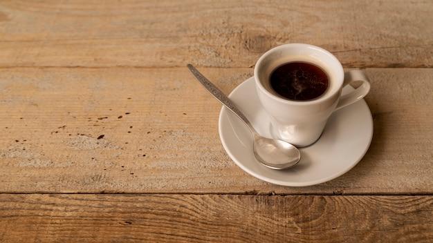 テーブルの上のコーヒーのハイビューカップ 無料写真