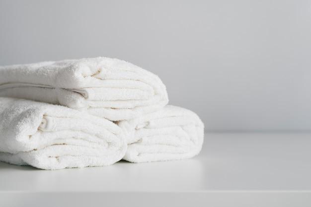 正面積み上げ白いタオル 無料写真