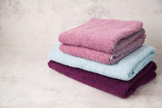 Вид спереди сложены разноцветные полотенца Бесплатные Фотографии