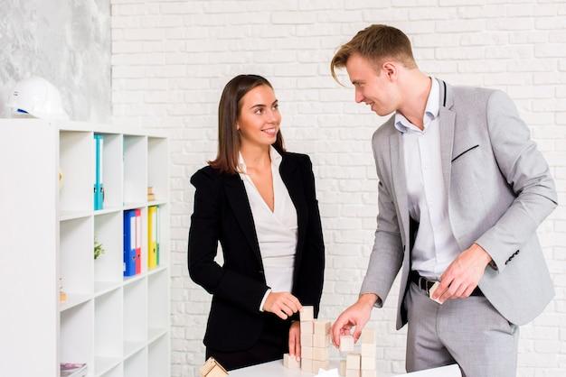 ビジネスの男性と女性がお互いを見て 無料写真