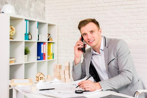 電話で話している若いビジネスマン 無料写真