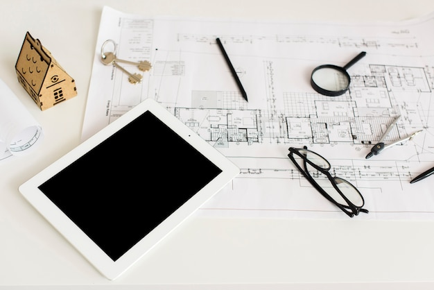 建築プロジェクトとタブレットのモックアップ 無料写真