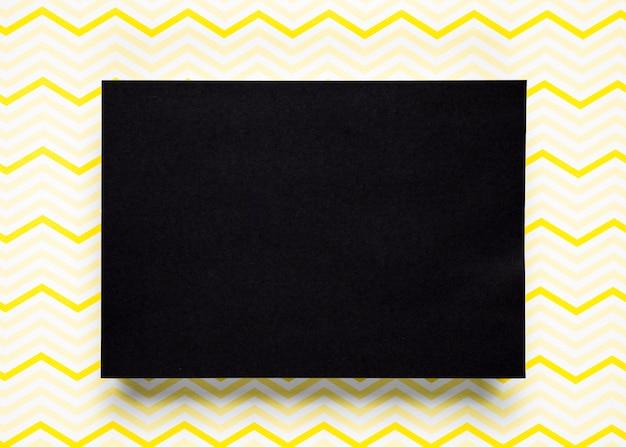 パターンの背景を持つ黒い段ボール 無料写真