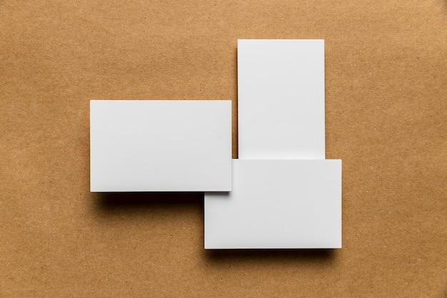 木製の背景に単純な白い封筒 無料写真