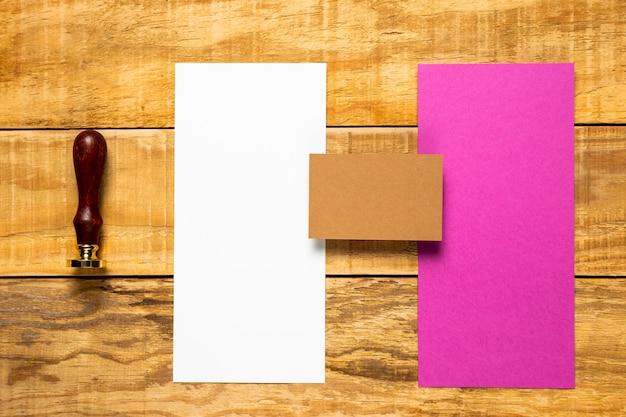 スタンプと白とピンクの封筒 無料写真