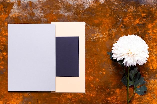 花とエレガントな招待状のモックアップ 無料写真
