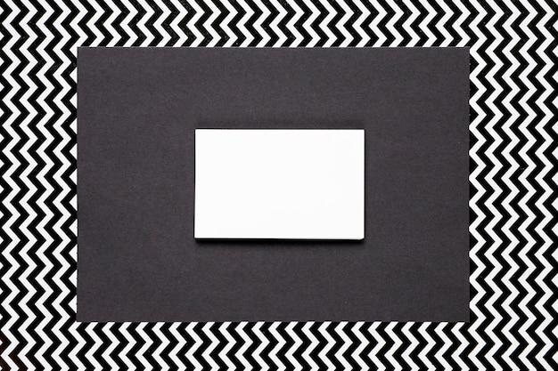 モノクロの背景を持つ白い招待状 無料写真