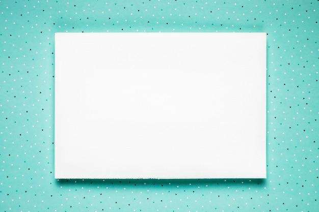 ティールの背景に白いウェディングカード 無料写真