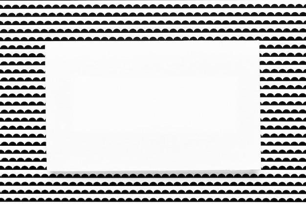 パターン化された背景を持つ招待状のモックアップ 無料写真