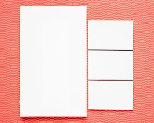 オレンジ色の背景に白いカード 無料写真