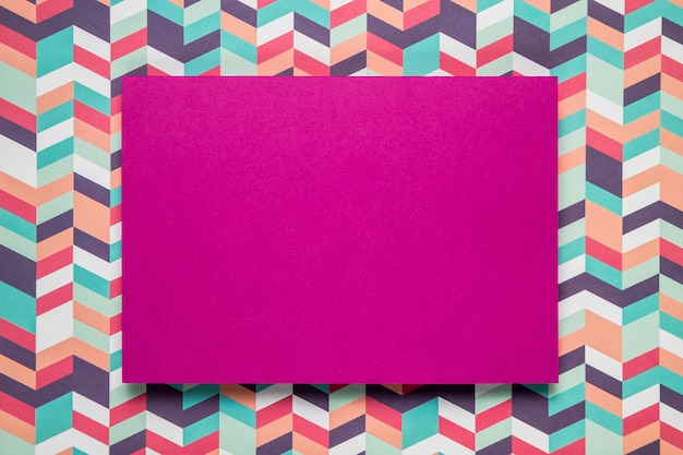 色付きの背景に紫のカードモックアップ 無料写真