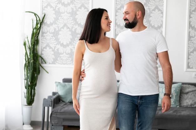 自分の赤ちゃんを期待して正面幸せなカップル 無料写真