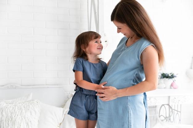 Средний выстрел, мать и дочь обнимаются Бесплатные Фотографии