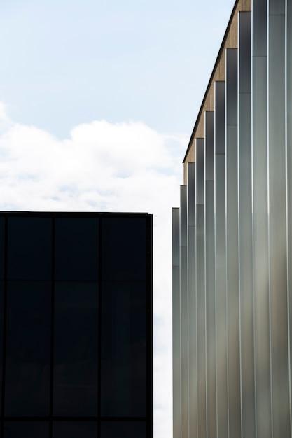 小さな黒い建物の近くに建物を課す 無料写真